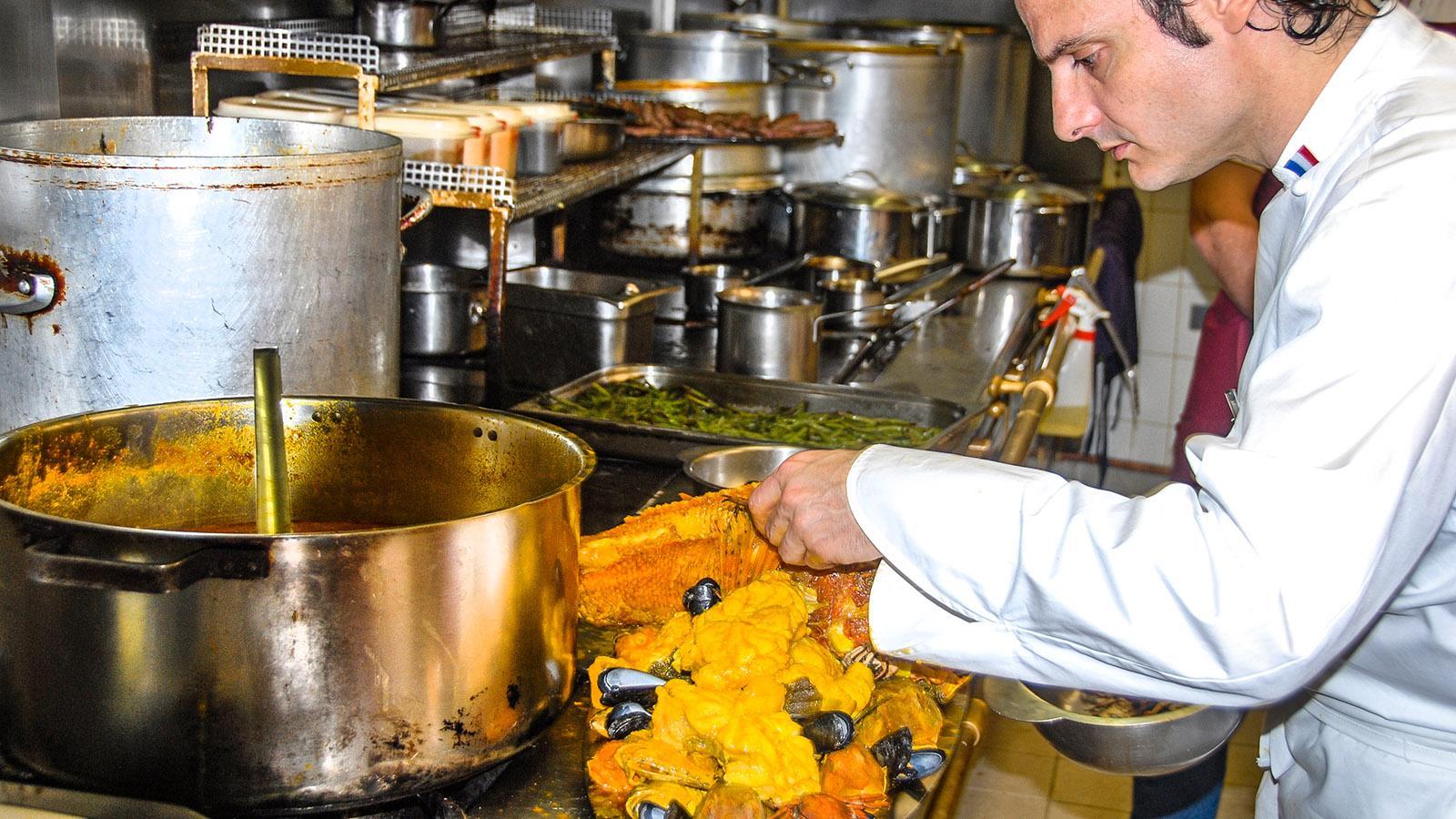 Christian Buffa vom Restaurant Miramar im Vieux-Port von Marseille mit Bouillabaisse. Foto: Hilke Maunder