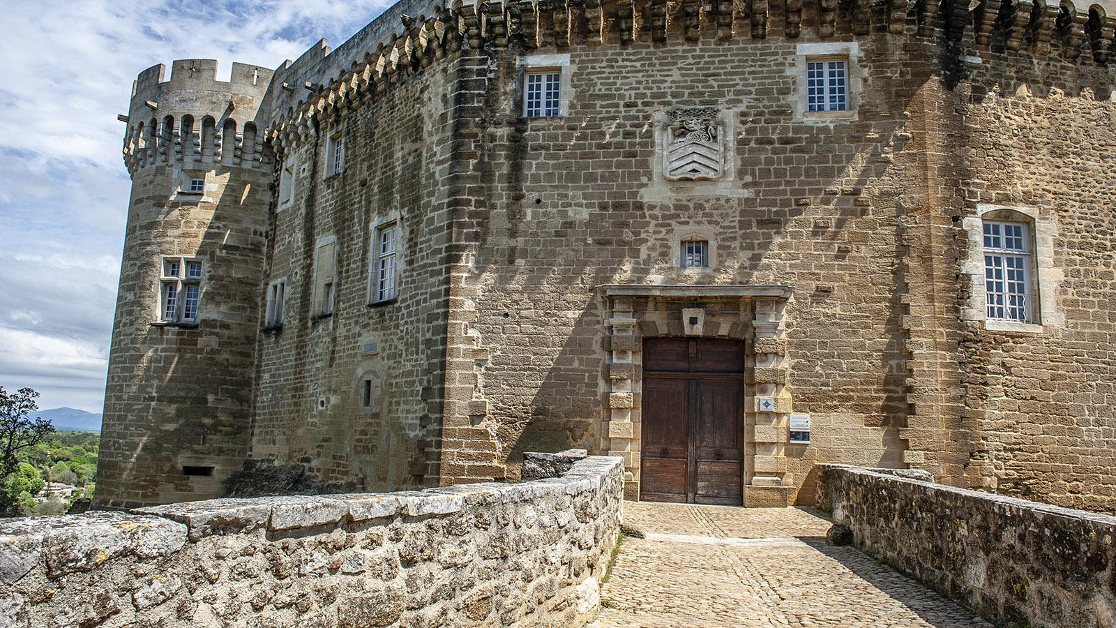 Suze-la-Rousse: der Zugang zur Burg. Foto: Hilke Maunder