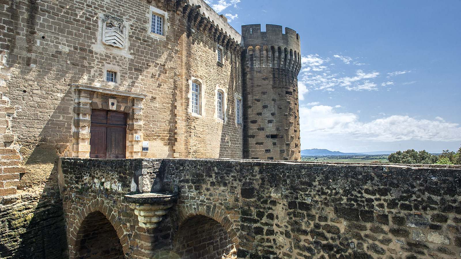 Suze-la-Rousse: Vom Burgschloss habt ihr herrliche Aussichten auf die Drôme Provençale. Foto: Hilke Maunder