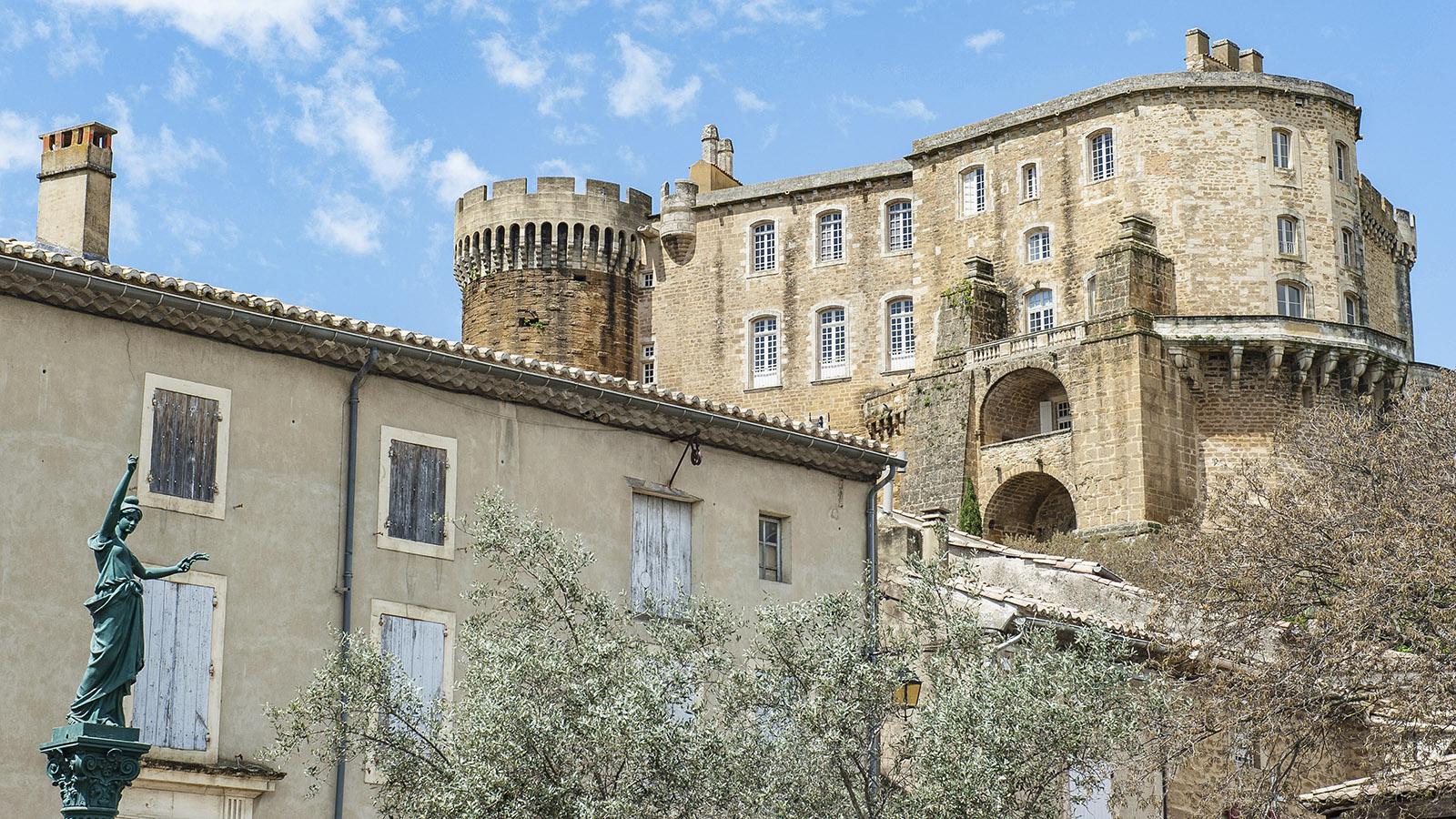 Suze-la-Rousse: Das Schloss birgt heute die Weinuni. Foto: Hilke Maunder