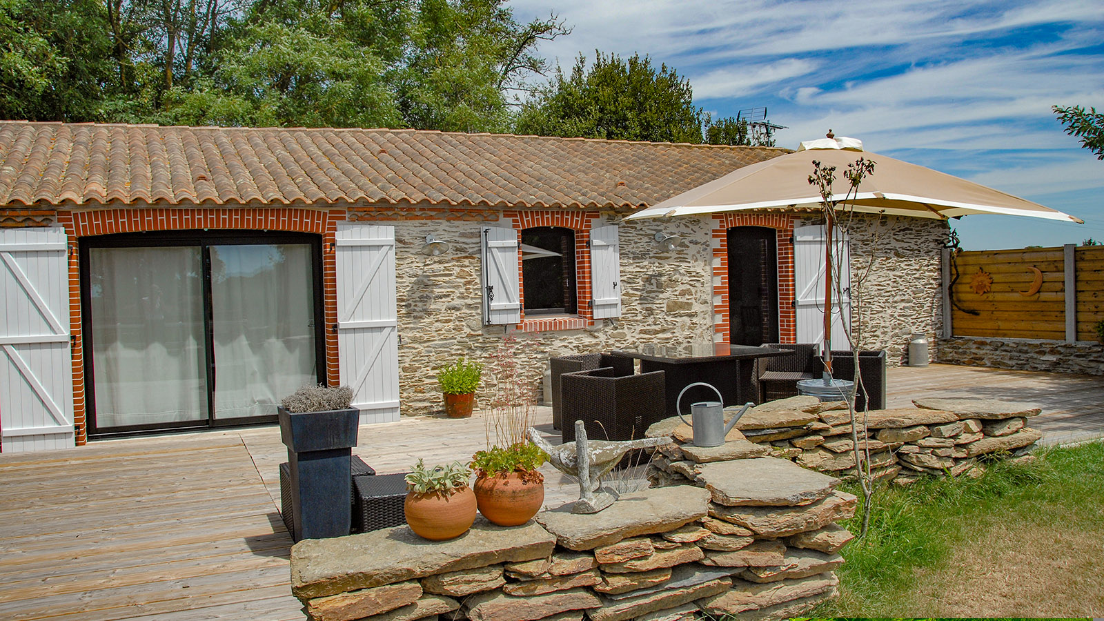 SAHA: Die Terrasse zu den beiden Zimmern. Foto: Hilke Maunder