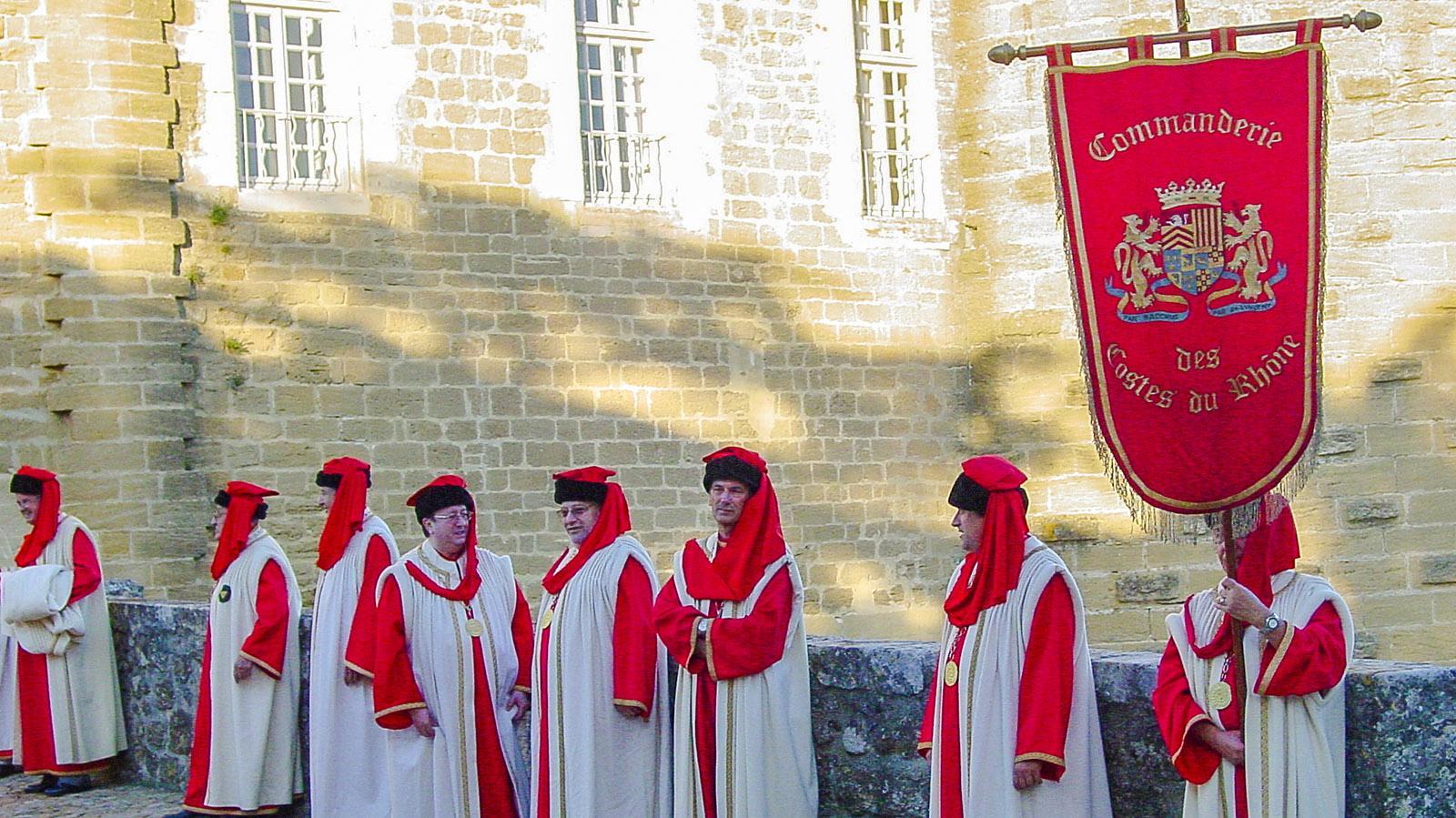 Die Weinbrüderschaft der Côtes du Rhône bei ihrem Treffen auf dem Burgschloss von Suze-la-Rousse. Foto: Hilke Maunder