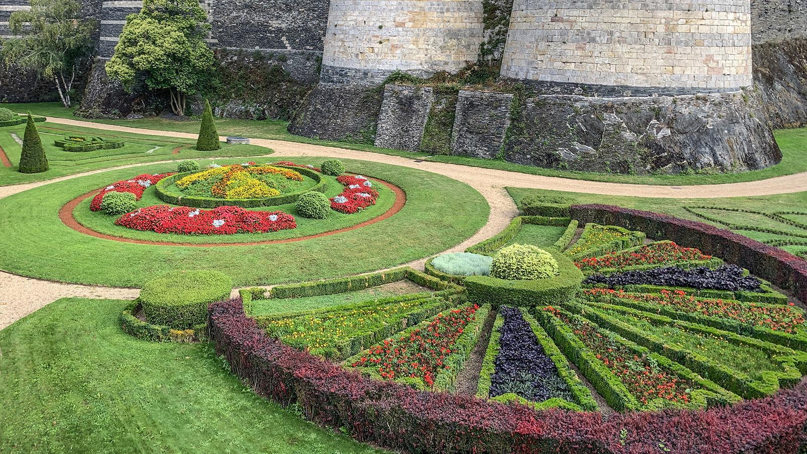 Château d'Angers: Der Blumenschmuck des Schlossgrabens. Foto: Hilke Maunder