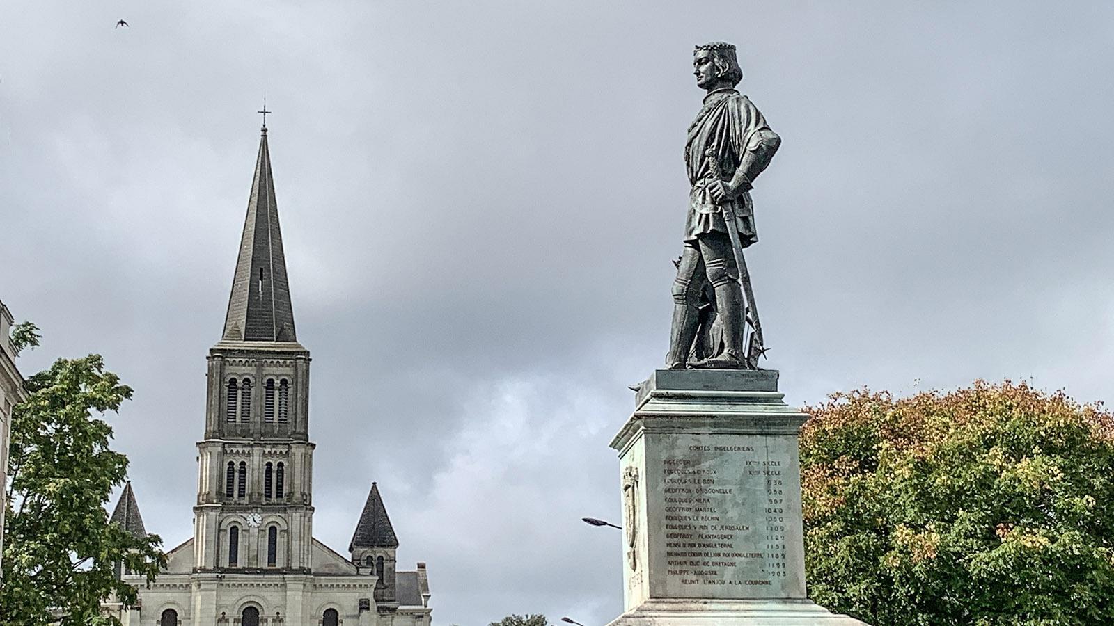 Angers:Das Denkmal von Roi René vor seinem Schloss in Angers. Foto: Hilke Maunder