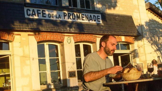 Das Café de la Promenade von Bourgueil besitzt einen wunderschönen Bistrogarten! Foto: Hilke Maunder