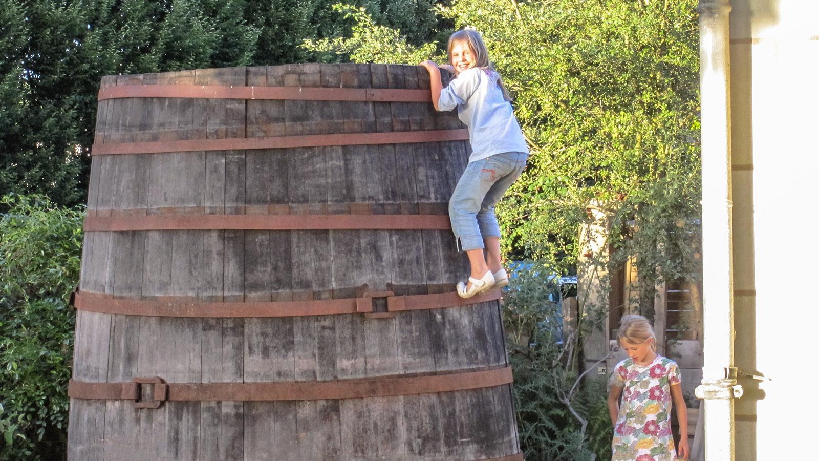 Keinen der Gäste stört es, wenn die Kinder versuchen, das riesige Weinfass im Garten zu erklimmen. Sie siind bei Sophie und Ludovic so selbstverständlich willkommen will all die anderen Gäste. Foto: Hilke Maunder