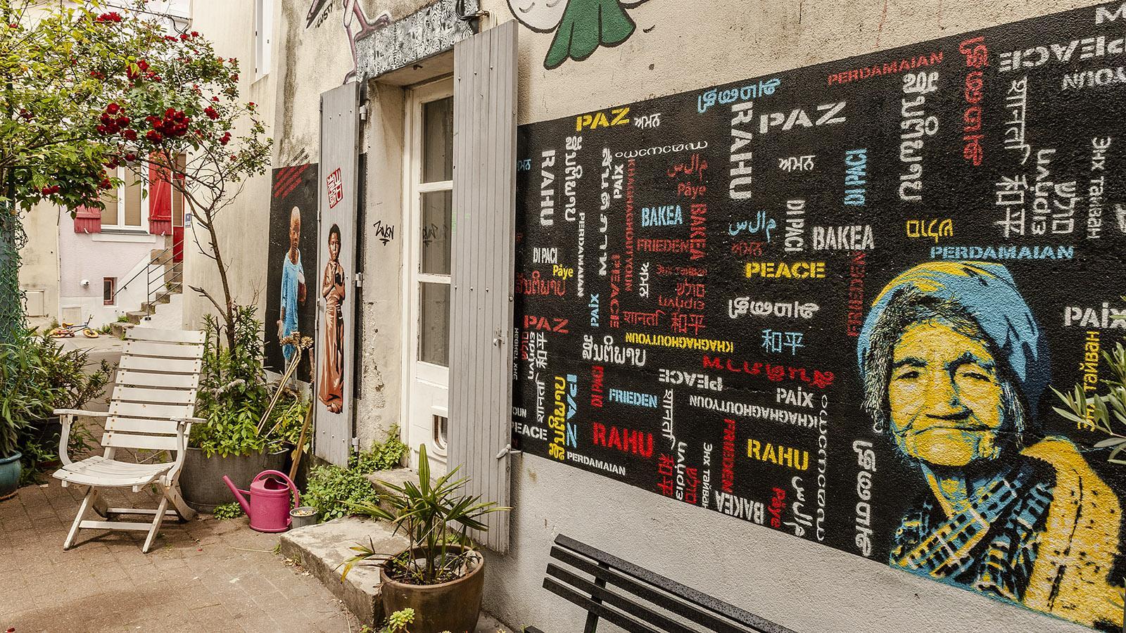 Nantes: Trentemoult. Frieden! fordert diese Street-Art in vielen Sprachen. Foto: Hilke Maunder