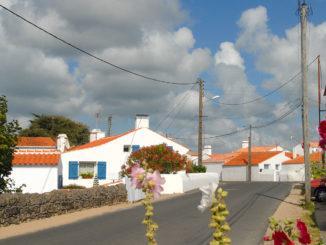 L'Épine: Ist das Dorf mit seinen weißgekalkten Häusern, blauen Fensterläden, roten Dächern und Stockrosen am Wegesrand nicht wunderschön? Foto: Hilke Maunder