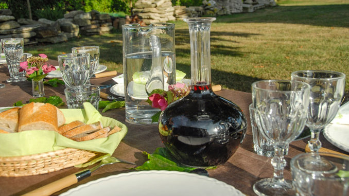 Domaine de l'Écorce: Es ist eingedeckt für den abendlichen table d'hôte im Sommer. Foto: Hilke Maunder