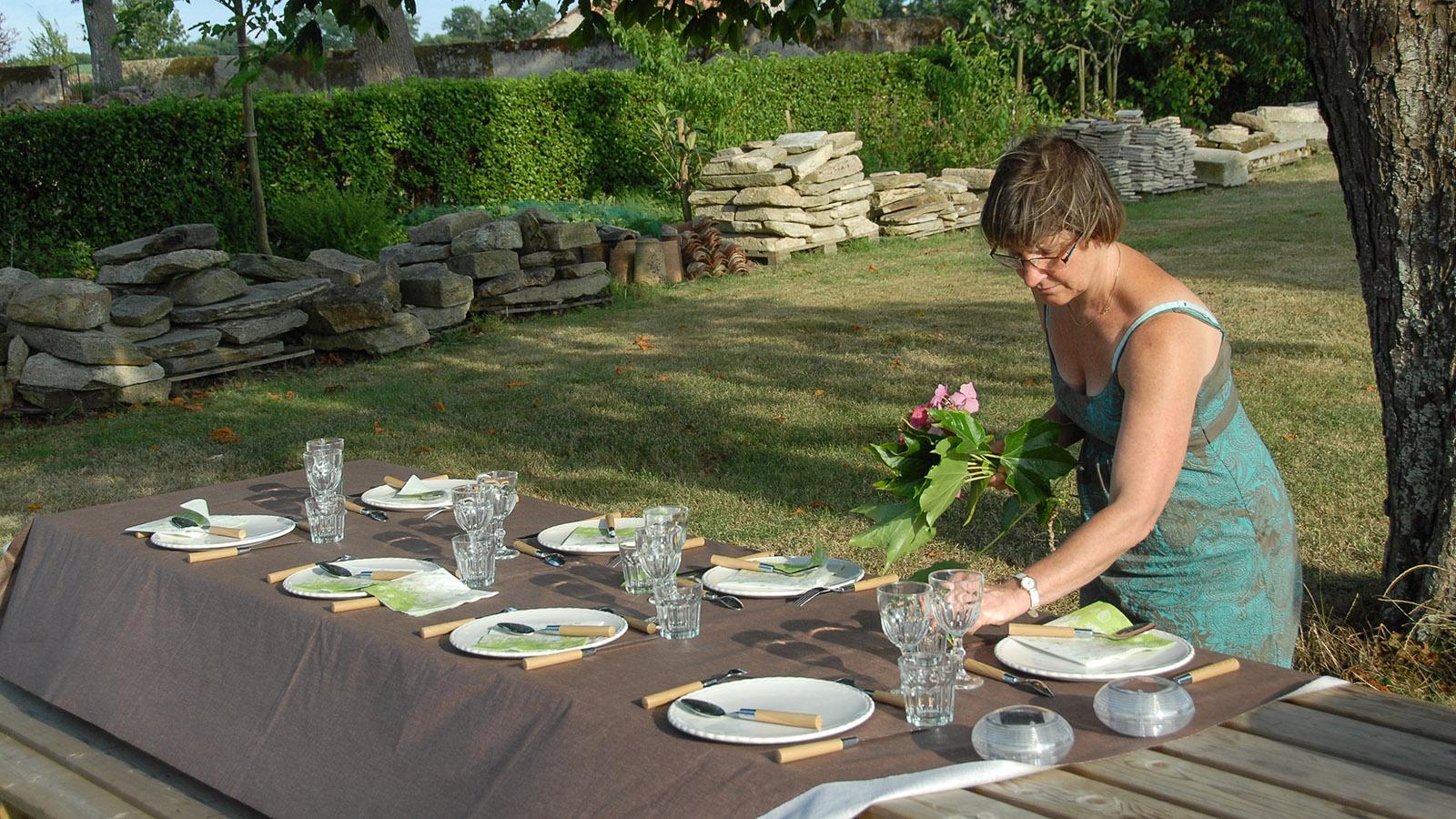 Domaine de l'Écorce: Claire Douay de Faultrier deckt den abendlichen table d'hôte ein. Foto: Hilke Maunder