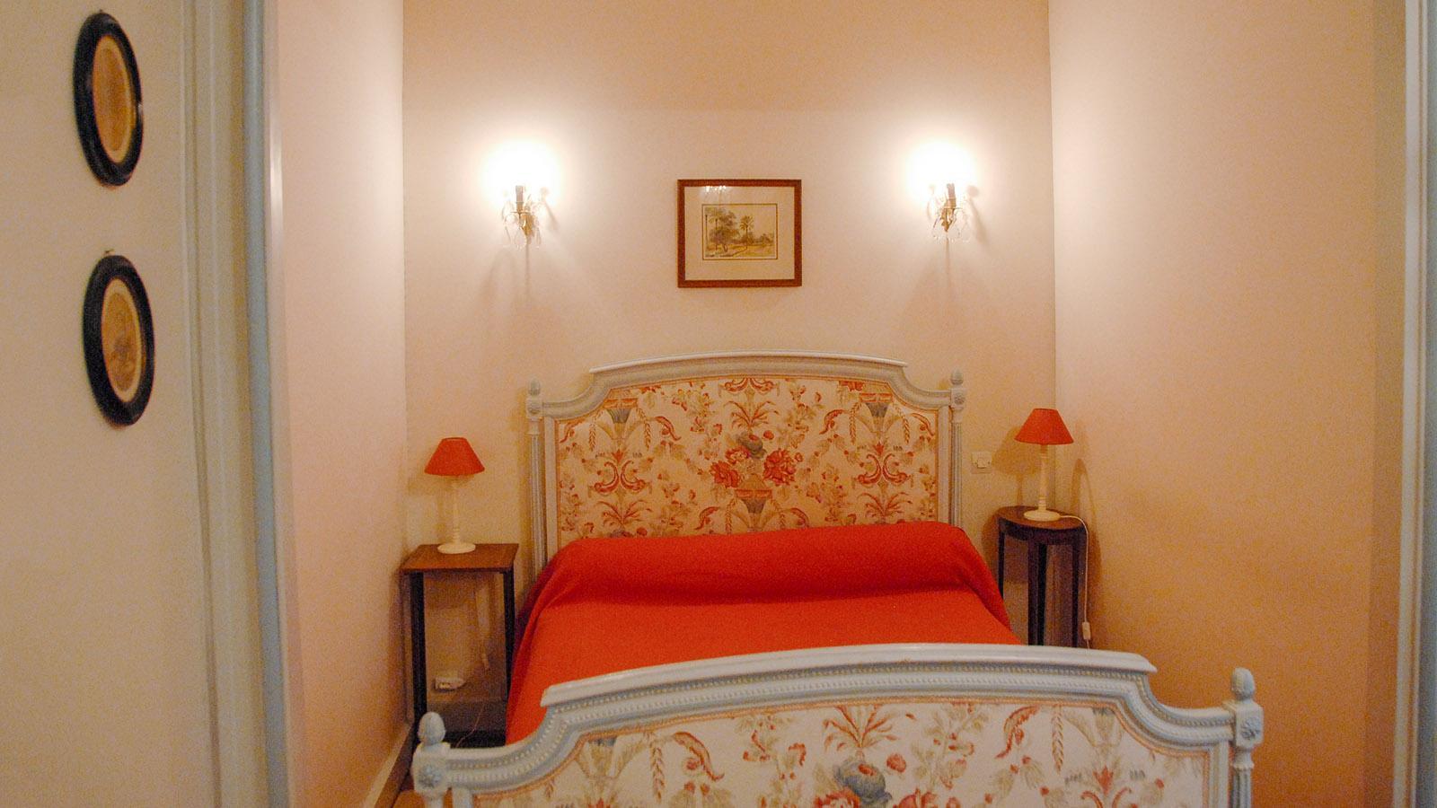 Eines der komfortabel-nostalgischen Stilzimmer im Château de Sarzeaux. Foto: Hilke Maunder