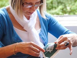 Nadelspitze aus Alençon:Jocelyne Renault ist seit 1976 Dentellière im Atelier national de la Dentelle und zeigt im Museum den Besuchern die zehn Schritte zur Herstellung der Alençon-Spitze. Foto: Hilke Maunder