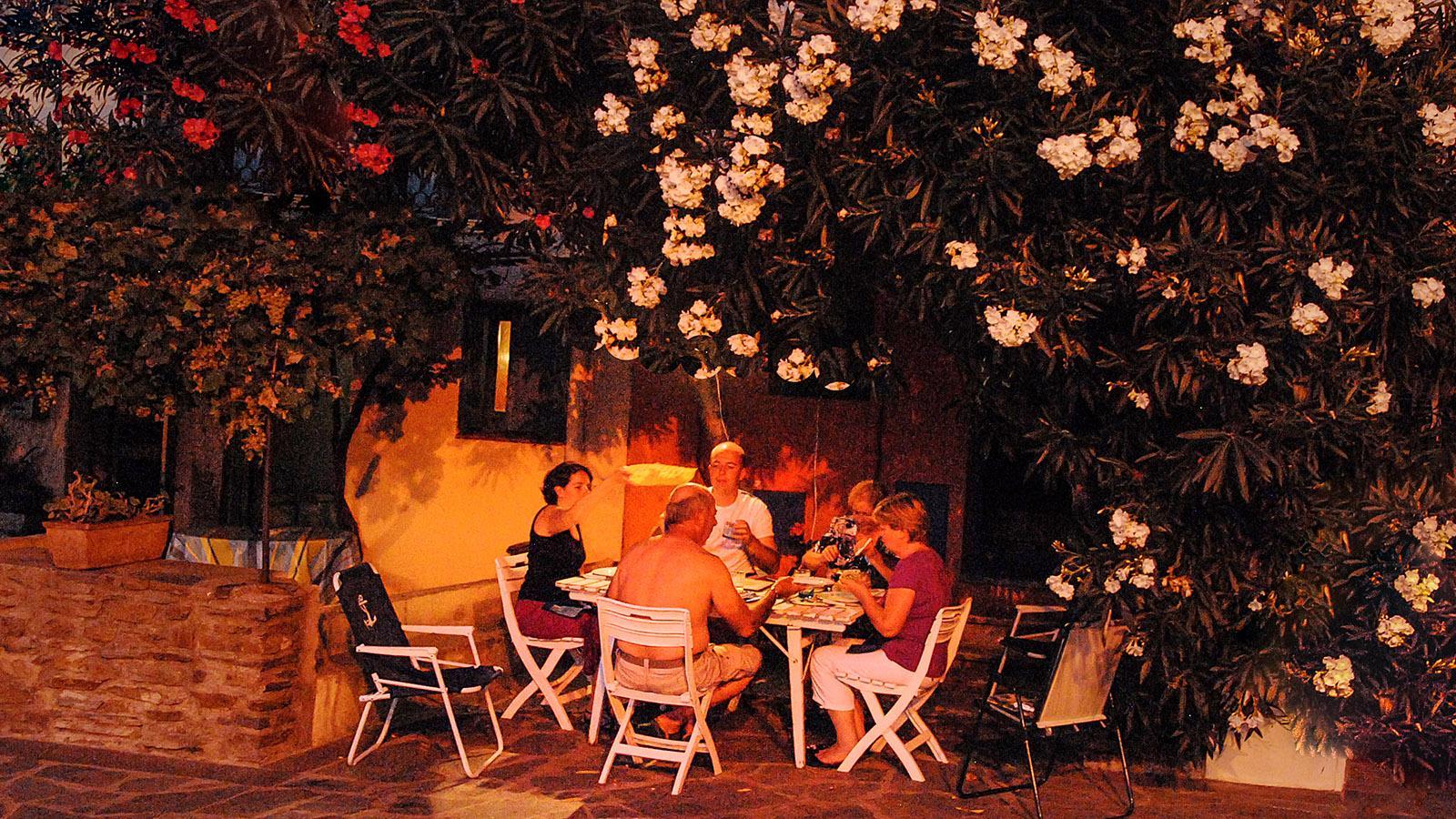Collioure: Ein Familie schlemmt draußen. Foto: Hilke Maunder
