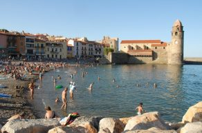 F/Languedoc-Roussillon/Collioure: Badestrand und Kirche