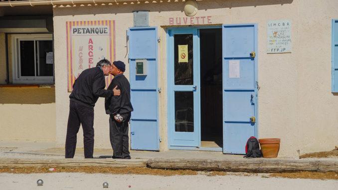 La bise zwischen Pétanque-Spielern in Argelès.