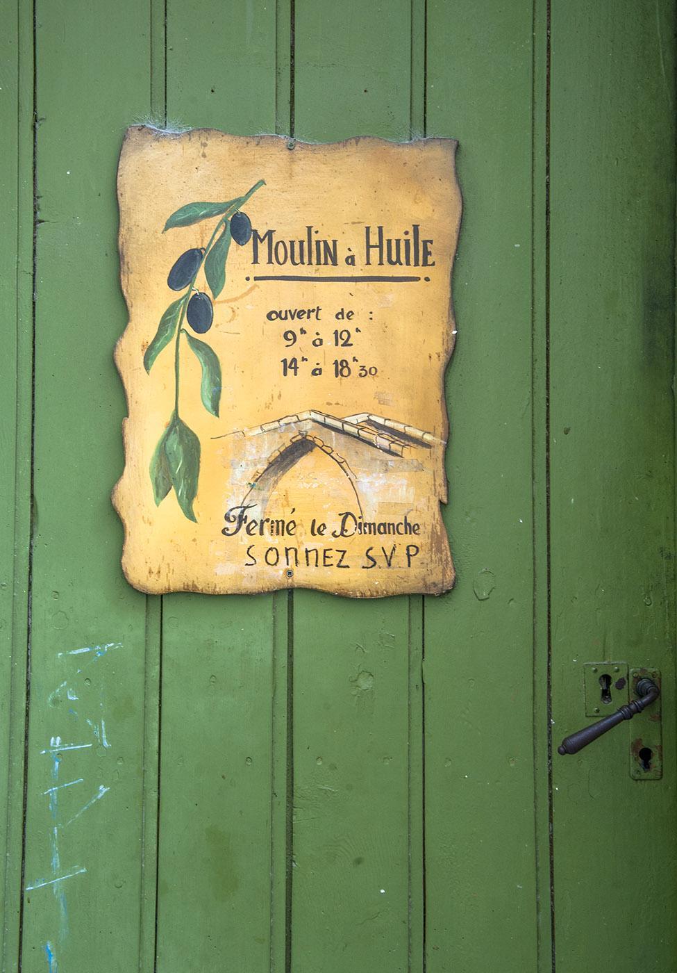 In der Altstadt von Nyons entdeckt: diese Haustür eines kleinen Produzenten von Olivenöl. Charmant! Foto: Hilke Maunder