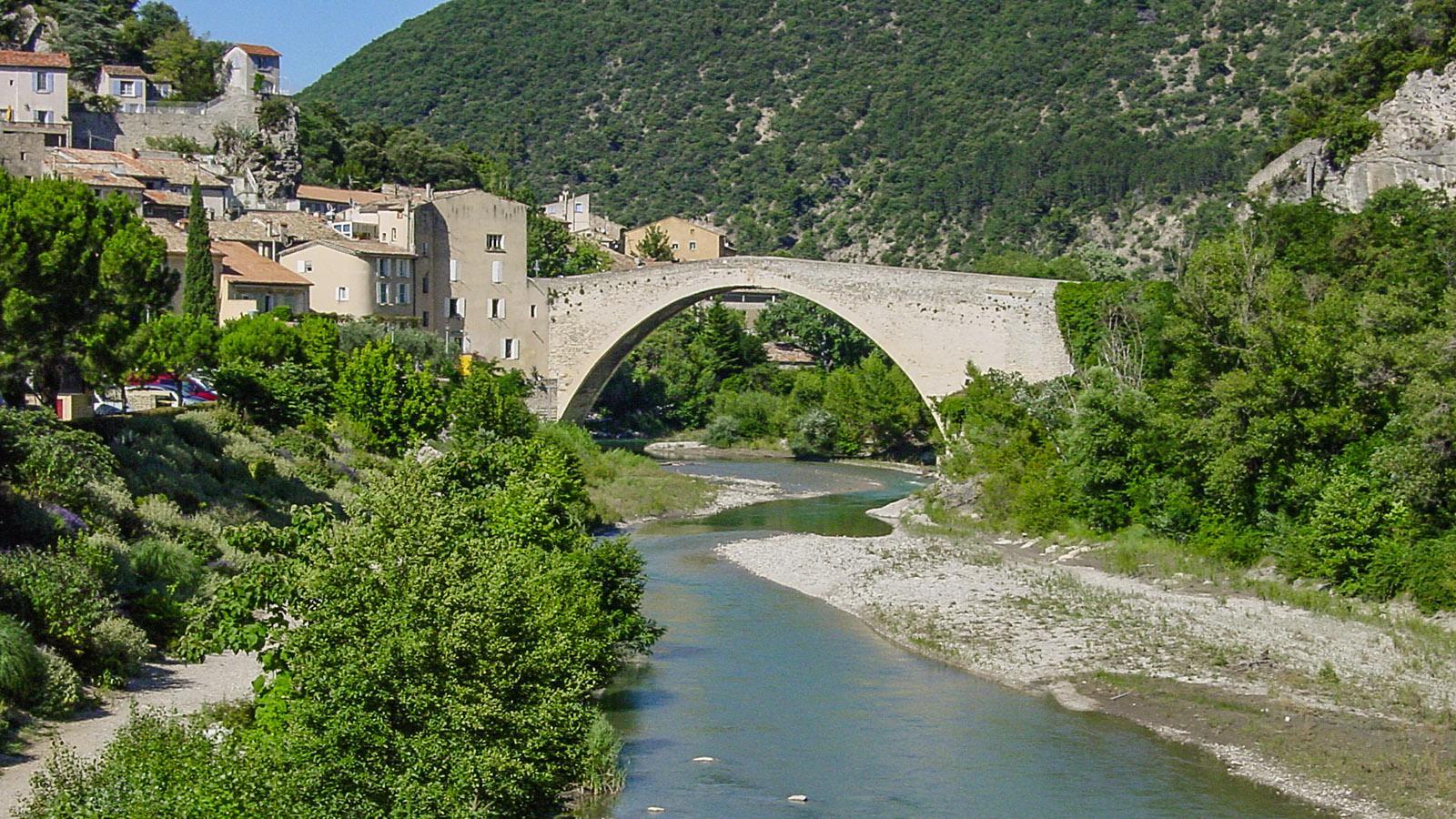 Blick auf Nyons mit seiner Steinbrücke über den Eygues im Hochsommer. Foto: Hilke Maunder