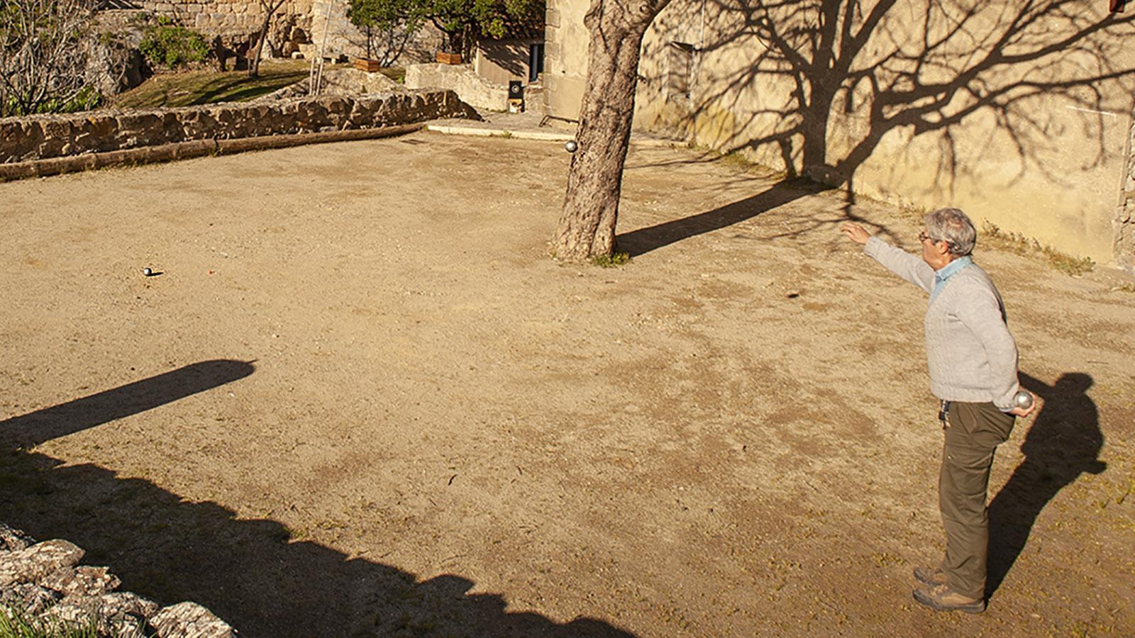 Pétanques: gespielt wird mit geschlossenen Füßen, still stehend. Foto: Hilke Maunder