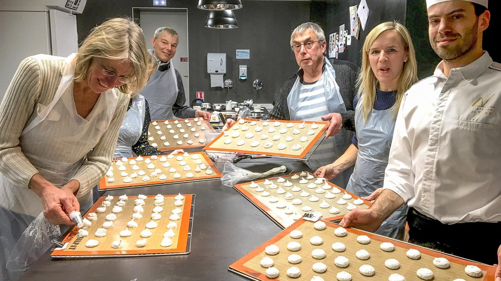 Wie Macarons gelinken, verrät Yann in seinem Atelier bei Backkursen. Foto: Hilke Maunder