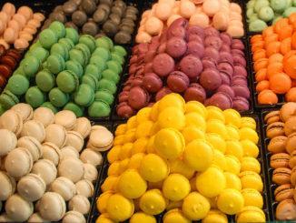 Kunterbunt: die Macarons eines Meilleur Ouvrier de France in der Passage Pommeraye von Nantes. Foto: Hilke Maunder