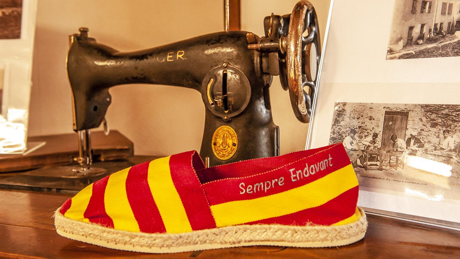 In den katalanischen Farben Rot und Gelb: die espadriles im Ausstellungsbereich von Créations Catalanes. Foto: Hilke Maunder