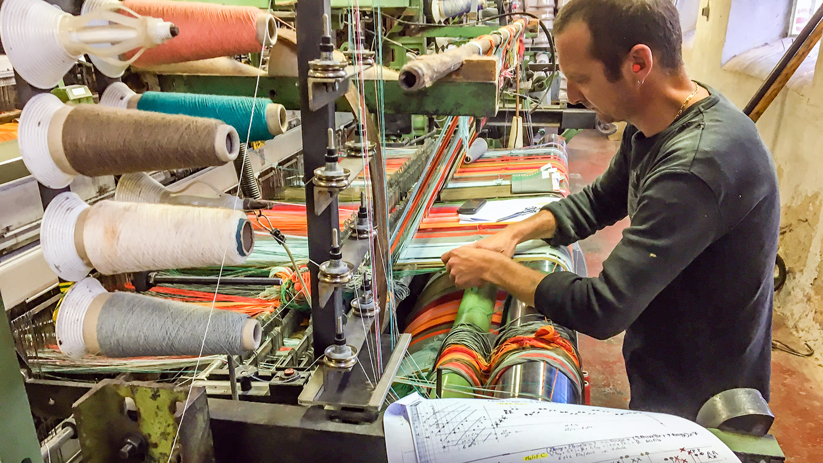 Toiles du Soleil: Trotz der Maschinen - noch vieles ist Handarbeit. Foto: Hilke Maunder