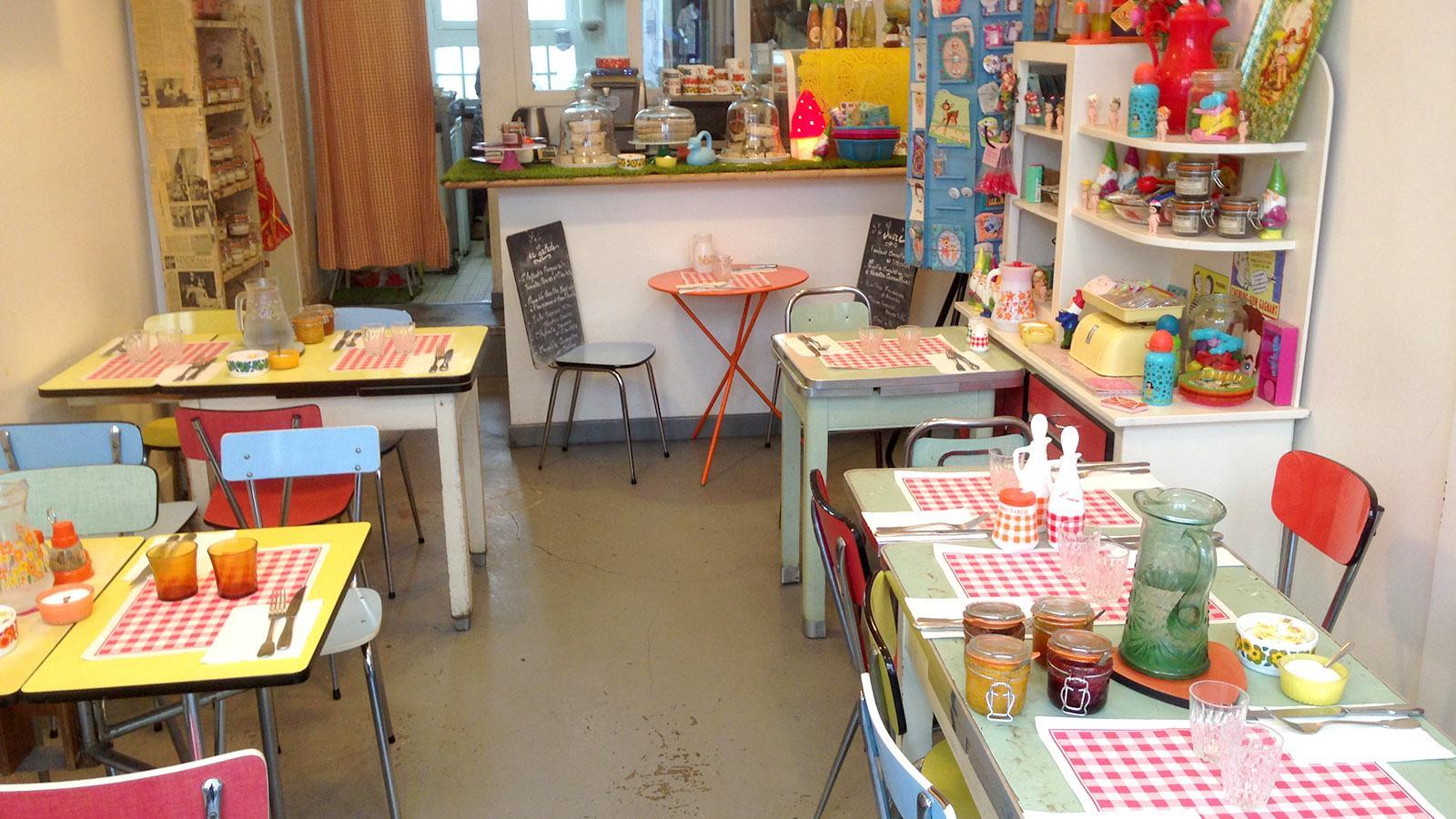 Die Fifties trendig interpretiert: Auch solche Cafés findet ihr auf der Butte de Montmartre. Foto: Hilke Maunder