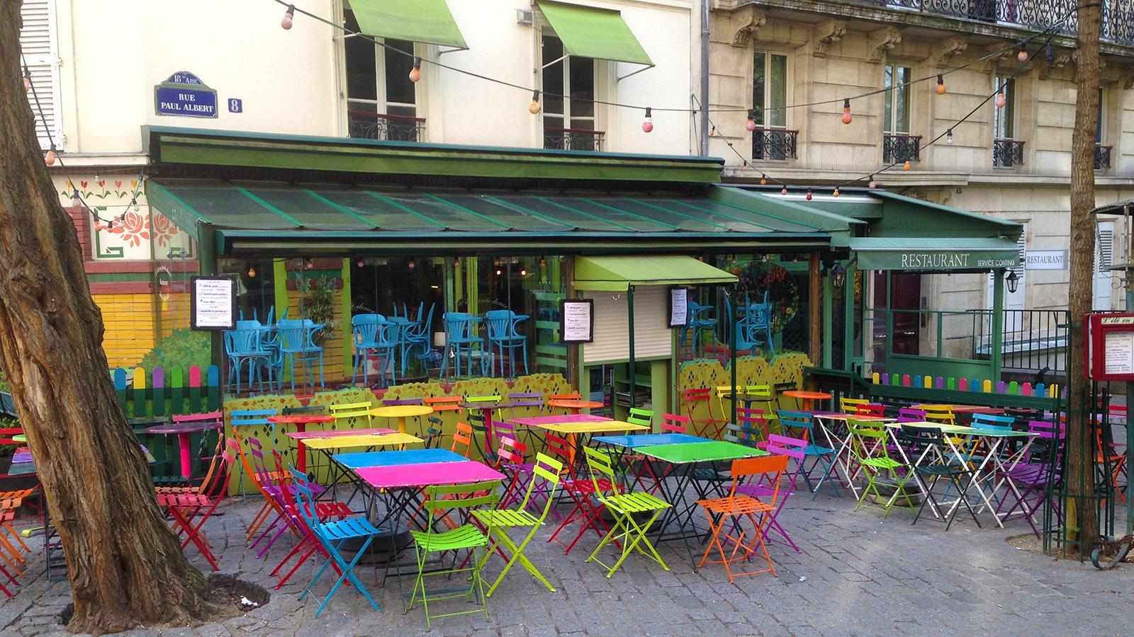 Kunterbunt an der frischen Luft: eine Caféterrasse an der Rue Paul Aubert