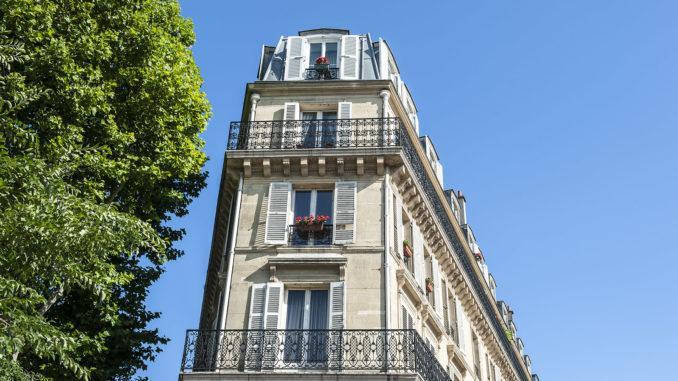 Typisches Pariser Wohnhaus im Stil von Baron Haussmann - hier auf der Butte de Montmartre. Foto: Hilke Maunder