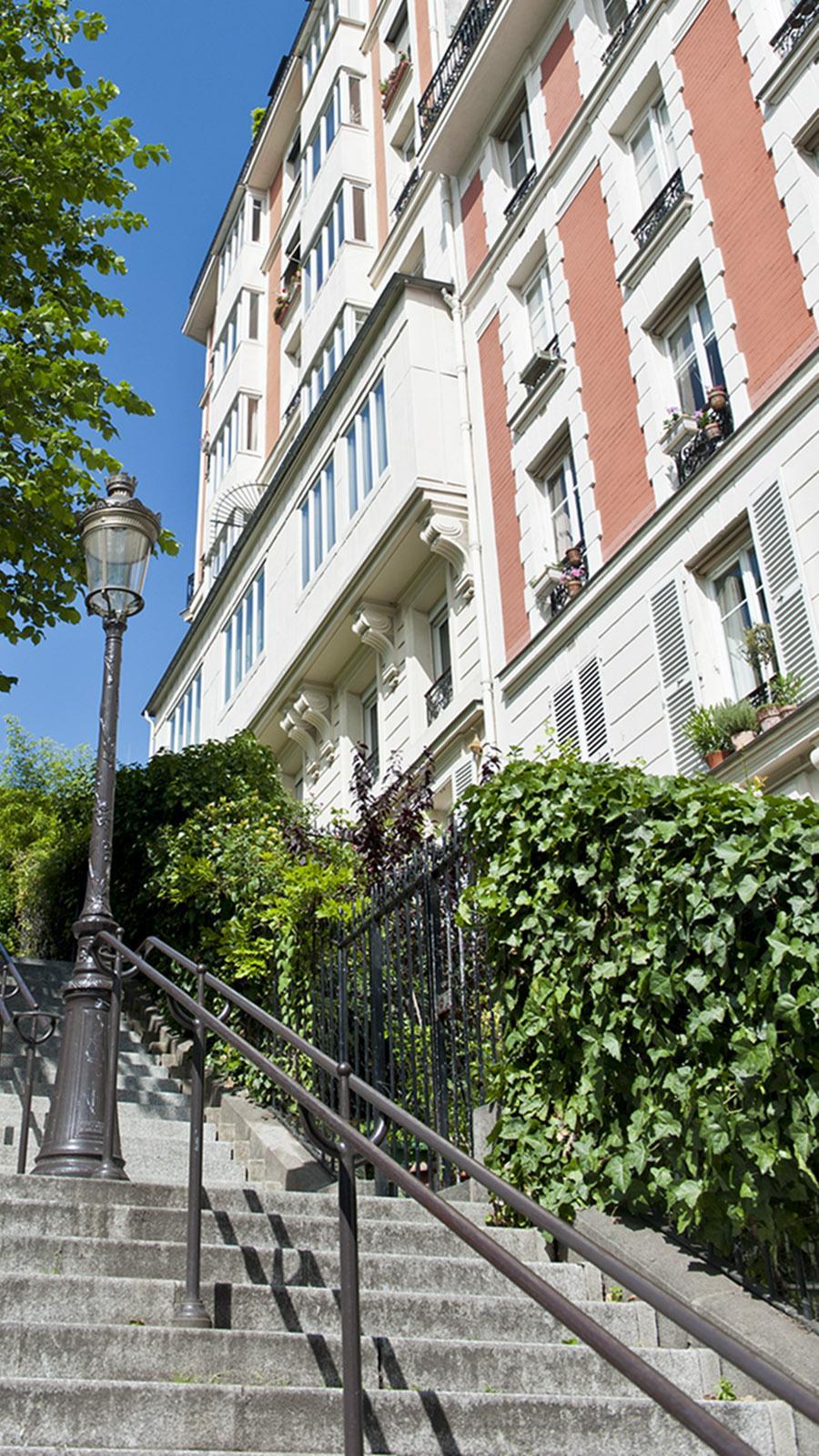 Treppenwege führen hinauf und hinab an der Butte de Montmartre.
