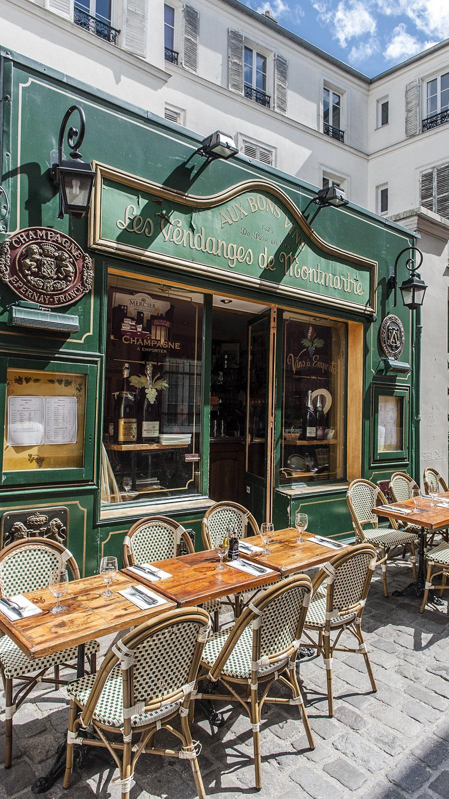 """Dieses Lokal von Montmartre erinnert bereits mit seinem Namen an die Weinberge der """"butte"""". Foto: Hilke Maunder"""