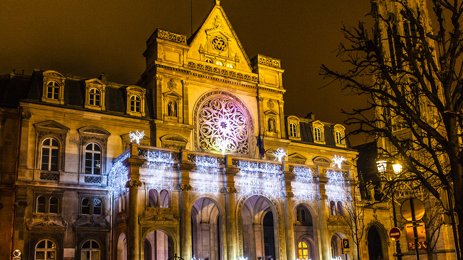 Die spätgotische Pfarrkirche Saint-Germain-l'Auxerrois bei Nacht. Foto: Hilke Maunder