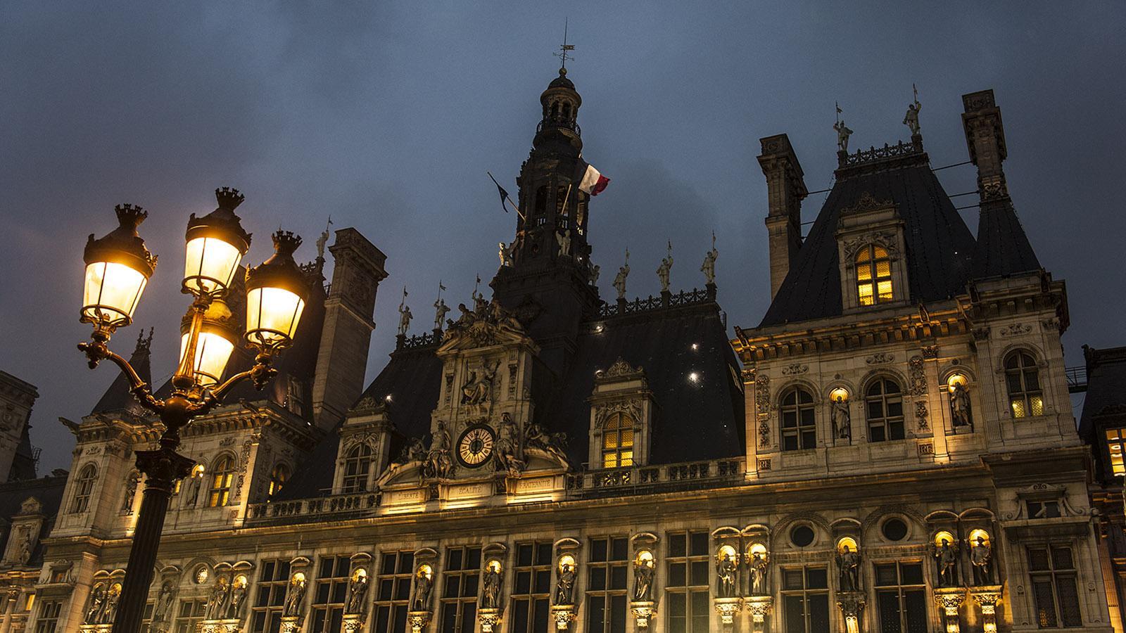 Ville lumière: Das Hôtel de Ville von Paris bei Nacht. Foto: Hilke Maunder