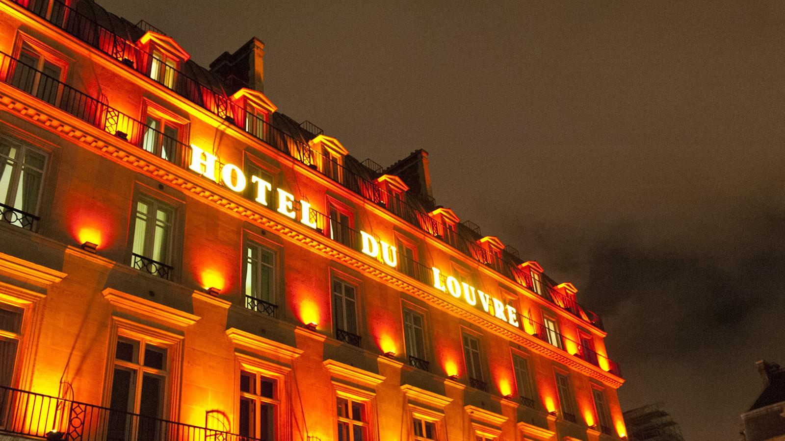 ville lumière: Auch die Hotels setzen sich nachts in Paris in Szene. Foto: Hilke Maunder