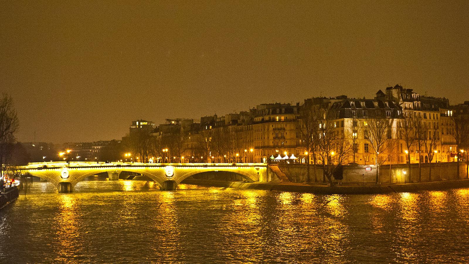 Ville lumière: Nachts werden die Brücken von Paris das ganze Jahr hindurch illuminiert. Foto: Hilke Maunder