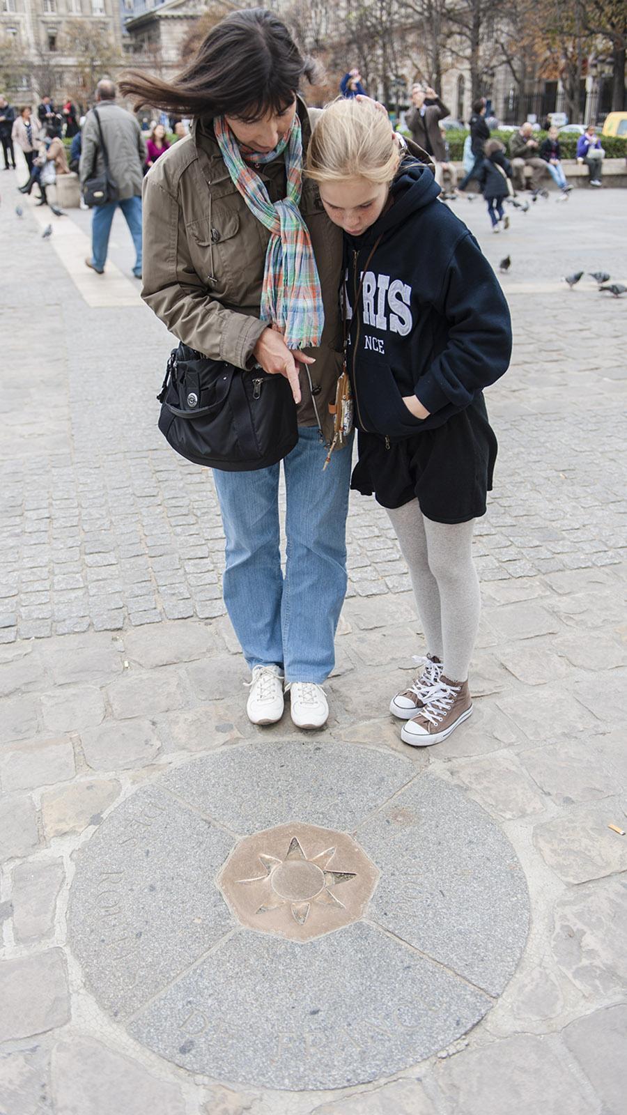 Auf dem Vorplatz von Notre-Dame de Paris befindet sich der Nullpunkt von Frankreich. Foto: Hilke Maunder