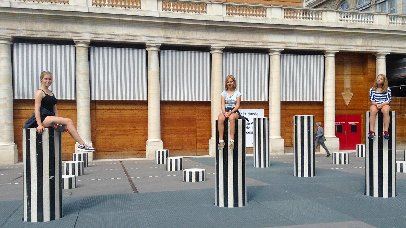 Paris: Im Palais Royal stellte Daniel Buren seine gestreifte Säuen auf. Foto: Hilke Maunder