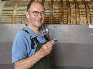 Gérard Samson (62) am Pressoir seines Kellers. Foto: Hilke Maunder
