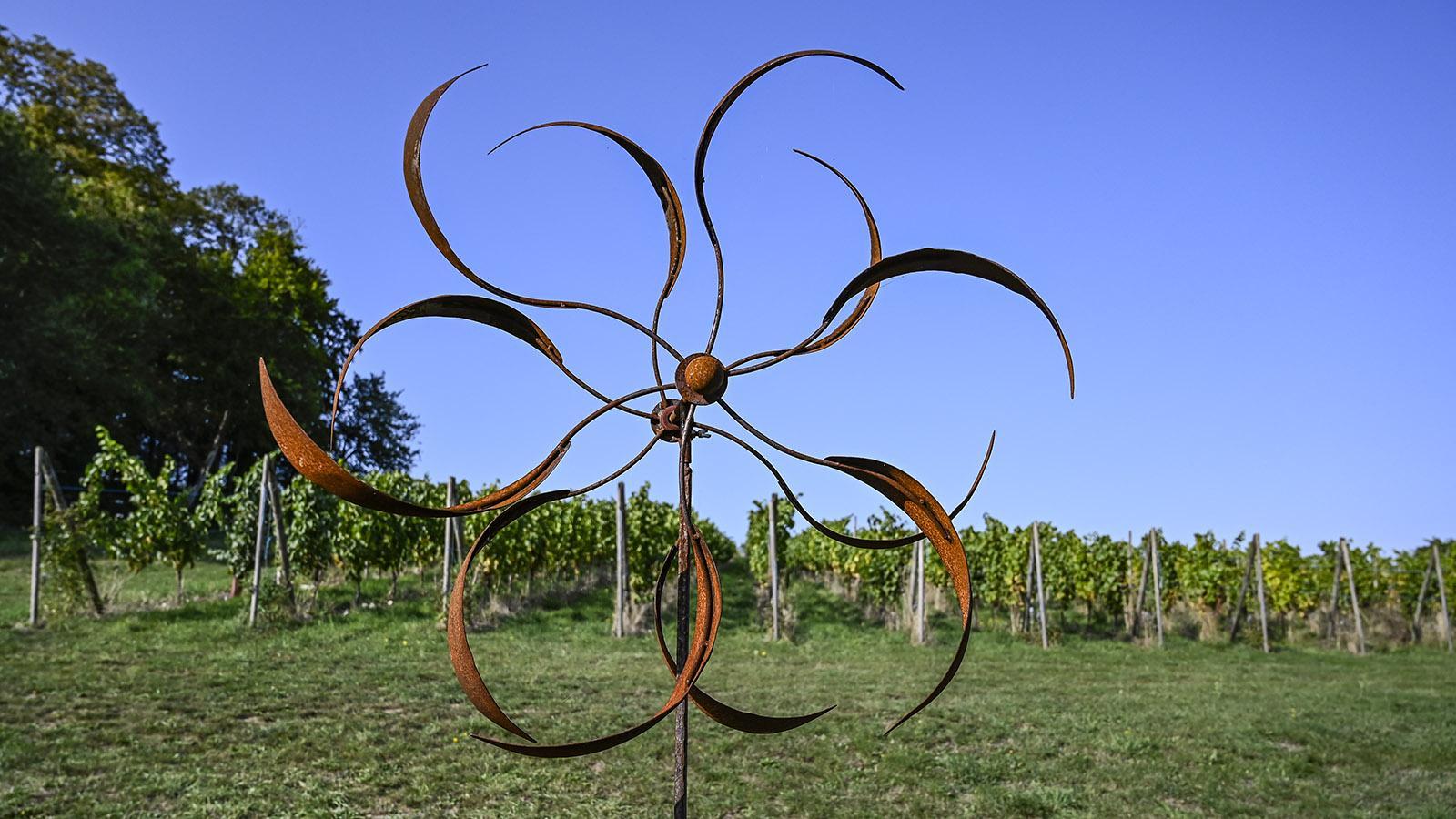 Ein Sonnenrad, vom Wind angetrieben: das Markenzeichen des Weingutes. Foto: Hilke Maunder