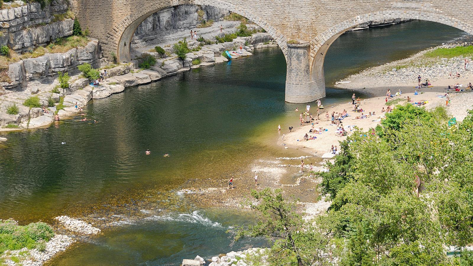 Nicht nur ein schöner Bade-, sondern auch ein toller Fotospot: der Pont de Balazuc. Foto: Hilke Maunder