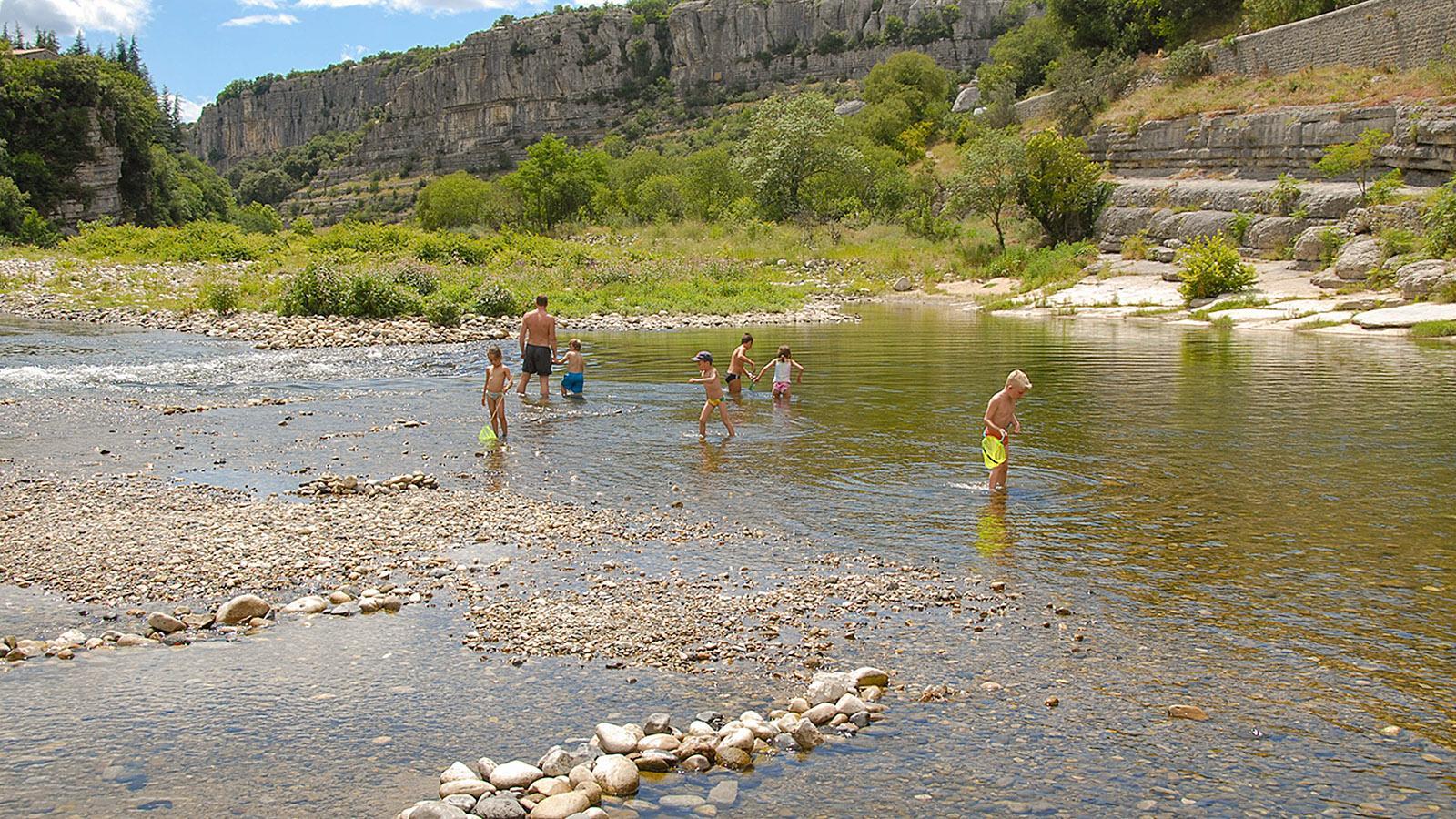Badespaß für die ganze Familie: die Ardèche bei Balazuc. Foto: Hilke Maunder