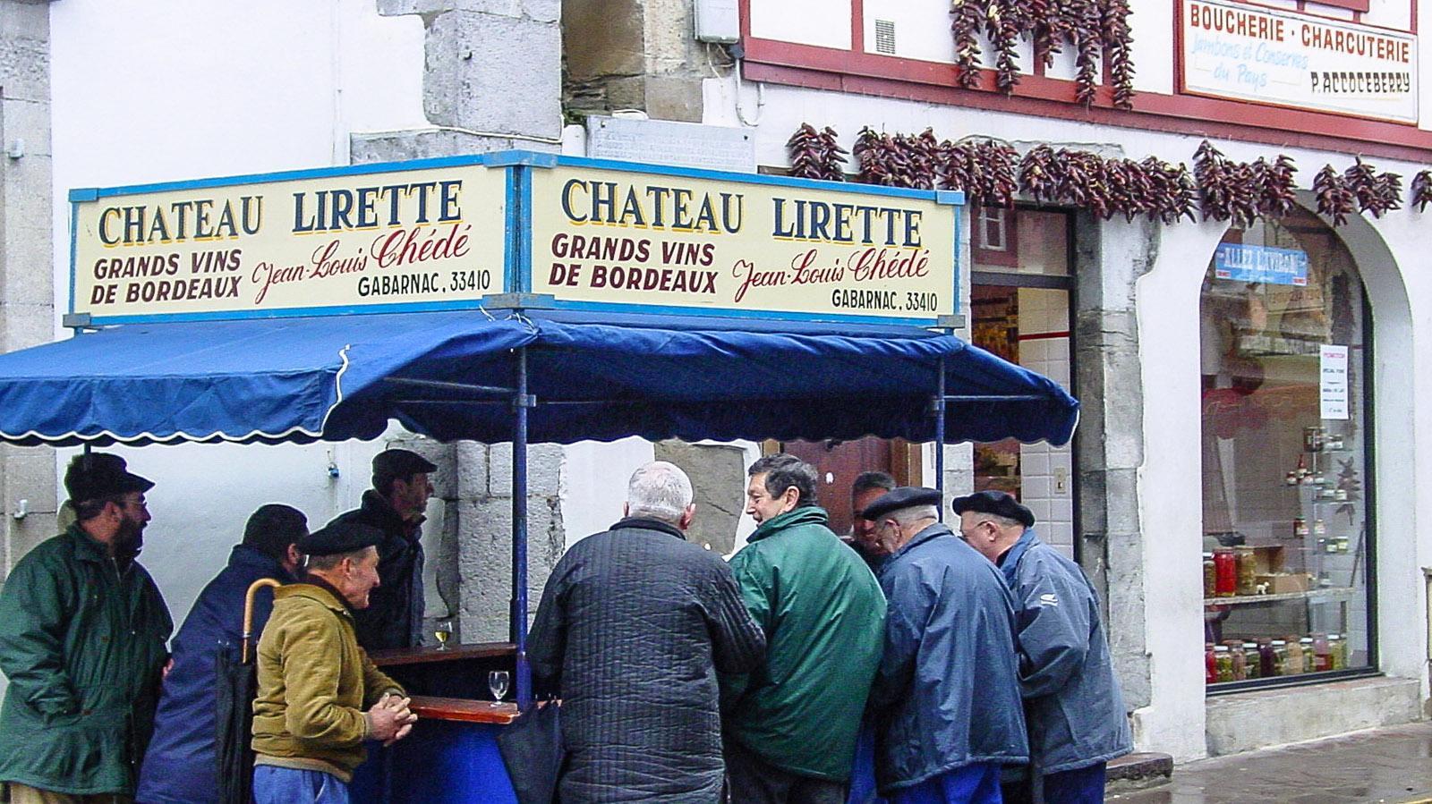 Ein Weinstand gehört zur Fête de Pottok am vierten Dienstag im Januar in Espelette einfach dazu. Foto: Hilke Maunder