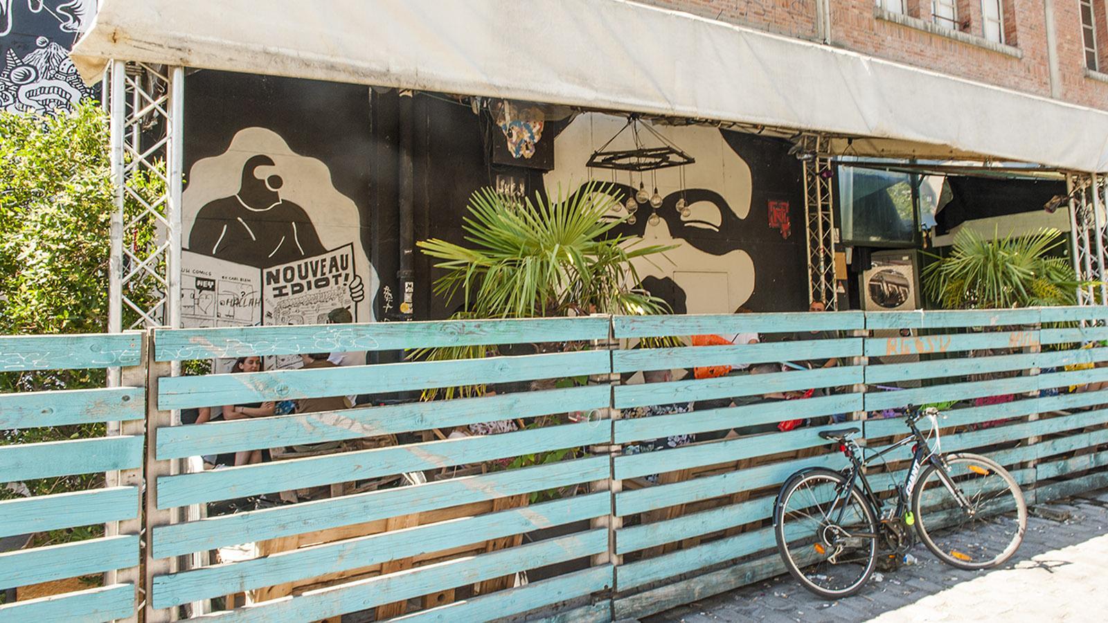 Canal Saint-Martin. Chillen ohne Zuschauer: Eine beliebte Szene-Bar hat sich mit Paletten verbarrikadiert. Foto: Hilke Maunder