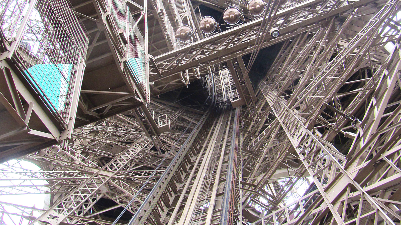 "Der Fahrstuhl""schacht"" des Tour Eiffel. Foto: Hilke Maunder"