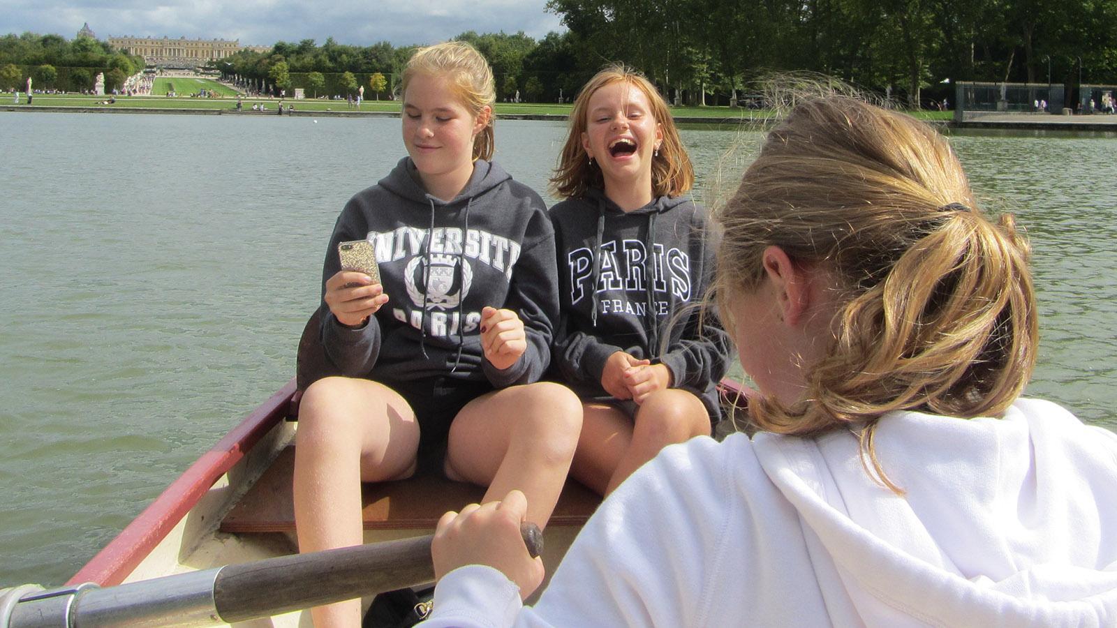 Königlicher Spaß: Ruderboot fahren im Schlosspark von Versailles. Foto: Hilke Maunder