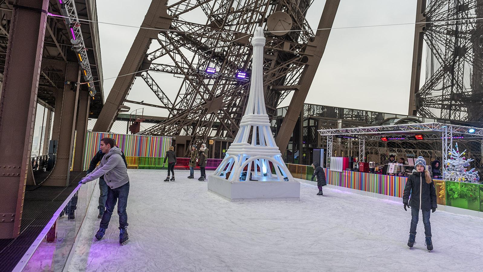 Eislaufen auf dem Eiffelturm. Foto: Hilke Maunder