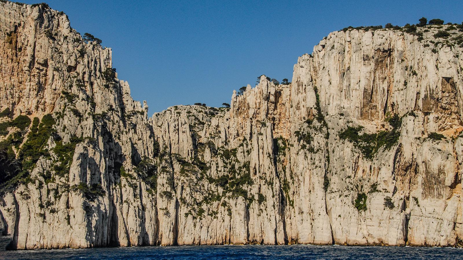 """Die Calanques von Cassis sind ungeheuer vielfältig- Bei den """"Orgelpfeifen"""" ragen die Felsen senkrecht in den Himmel. Foto: Hilke Maunder"""