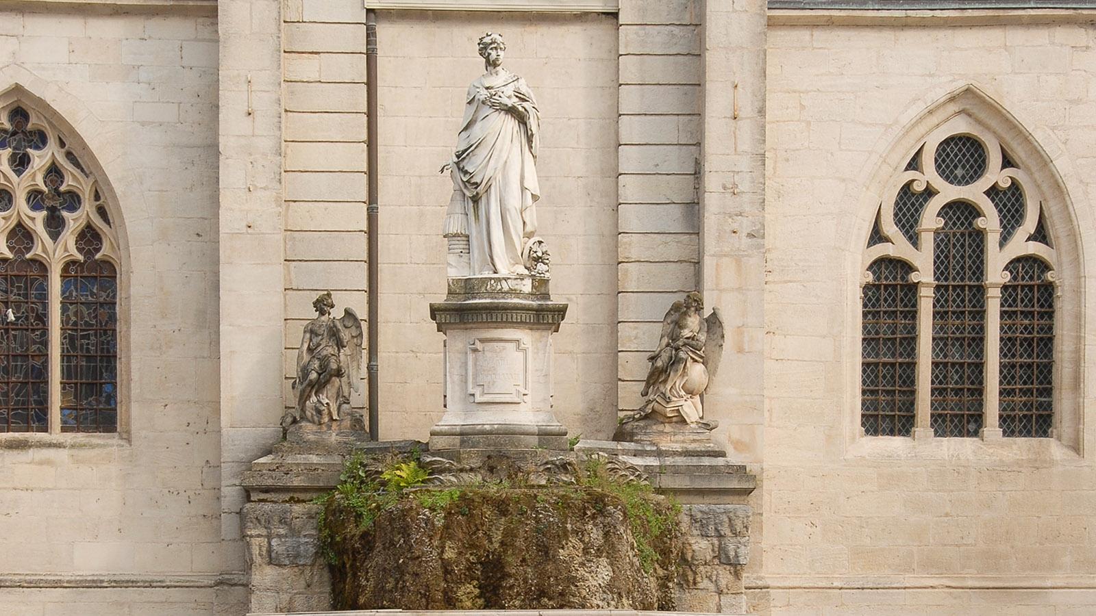 Dole: Statue vor der Stiftskirche. Foto: Hilke Maunder