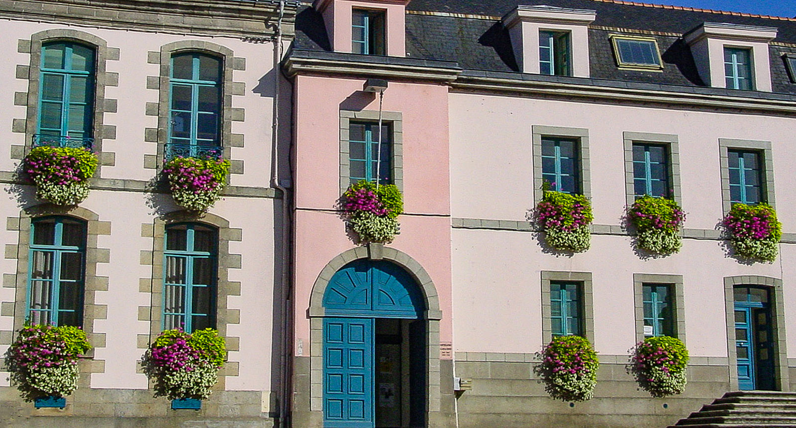 Hennebont: Häuserzeile an der Place Foch. Foto: Hilke Maunder