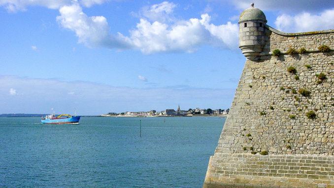 Port Louis: Festungsmauer der Zitadelle; im Hintergrund Larmor-Plage. Foto: Hilke Maunder